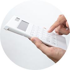 電卓で買取額を計算している様子